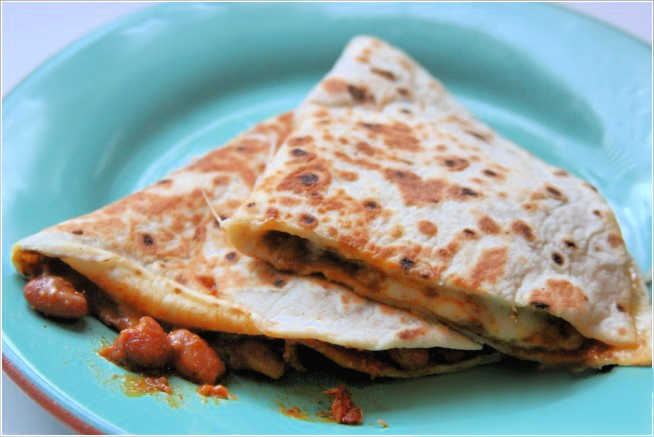 chili-cheese-quesadilla-on-a-plate-easy to make recipe for a cheese quesadilla with chili - DearCreatives.com