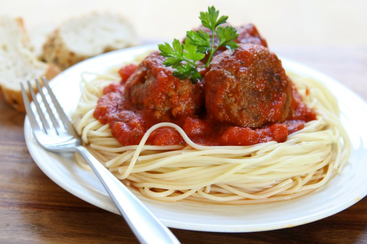 Ground Beef Recipes Spaghetti an d meatballs. These meatballs are baked in the oven for 15 minutes and added to the sauce. Grab the recipe at DearCreatives.com