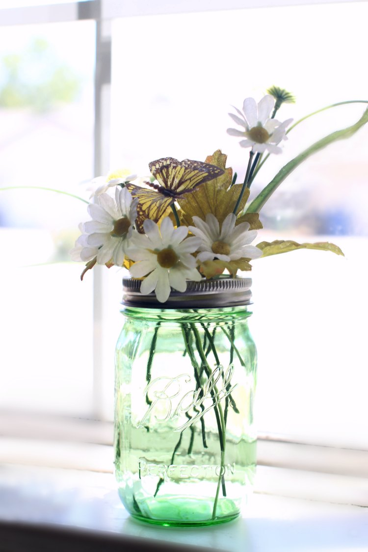 Mason Jar Crafts | So many mason jar crafts to pick from that anyone can do!