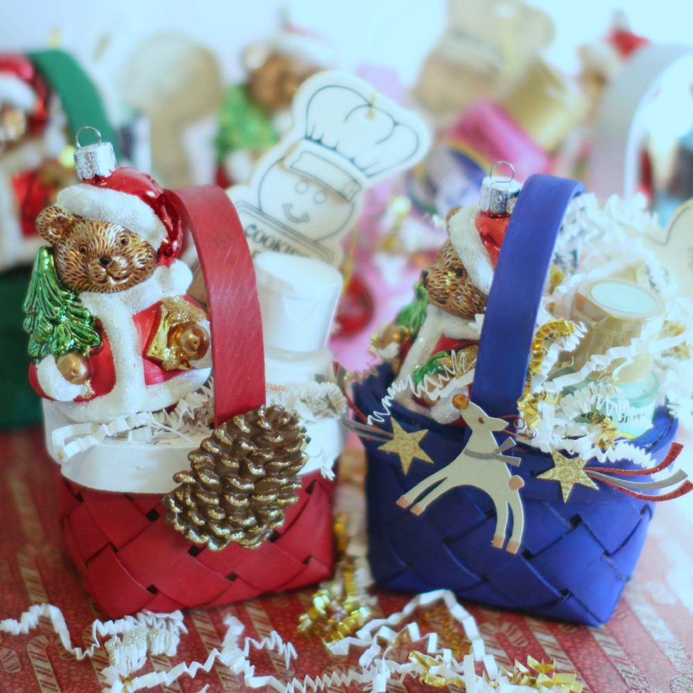 Christmas Crafts homemade gift ideas DIY mini gift baskets with ornaments