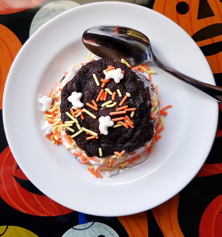 Halloween treat on a plate. Stuffed cookies with ice cream and Halloween sprinkles. © 2017 DearCreatives.com