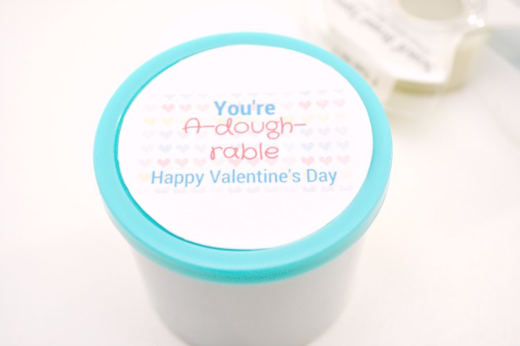 Close up of the Valentine's Day printable on the lid of the play-dough. Grab the free printable at DearCreatives.com