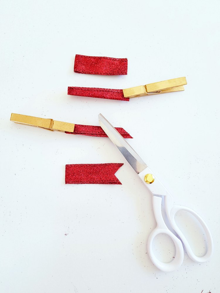 How to make a dove tail cut on ribbon DearCreatives.com