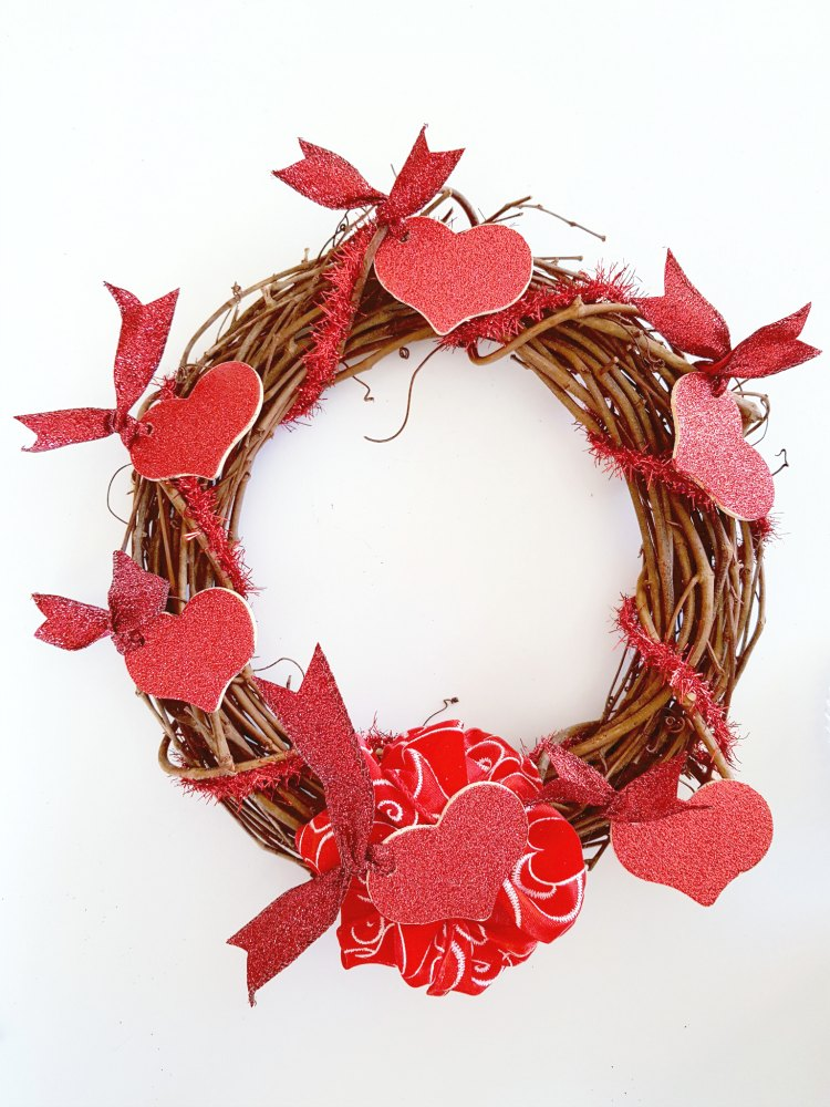 Valentine's Day Wreath - how to make a quick and easy Valentine's Day wreath. Even beginners can make this! DearCreatives.com