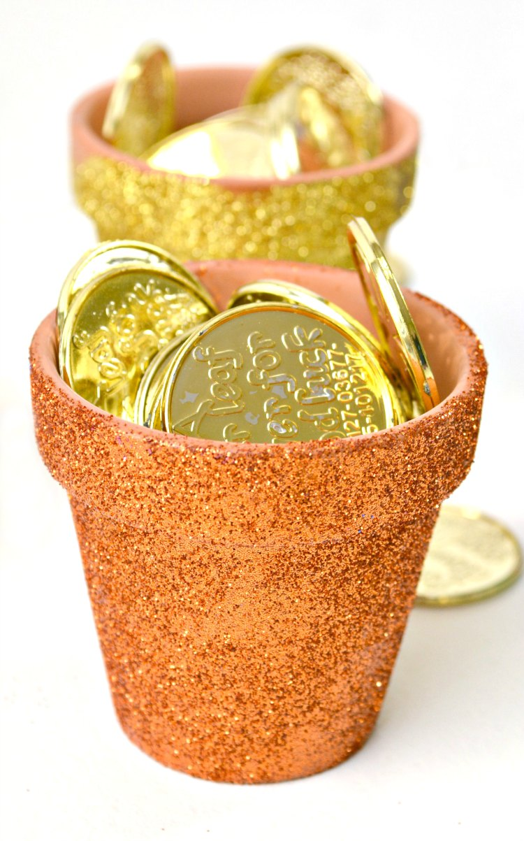 mini glittered pots with fake gold in them for St. Patrick's Day DearCreatives.com