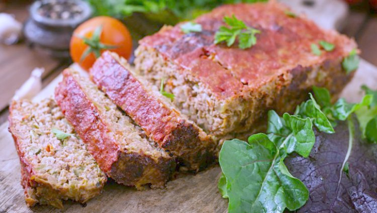 Must try recipe meatloaf with red bell pepper, spinach, feta cheese. You'll love this flavorful, and easy recipe at DearCreatives.com #meatloaf #groundbeefrecipe