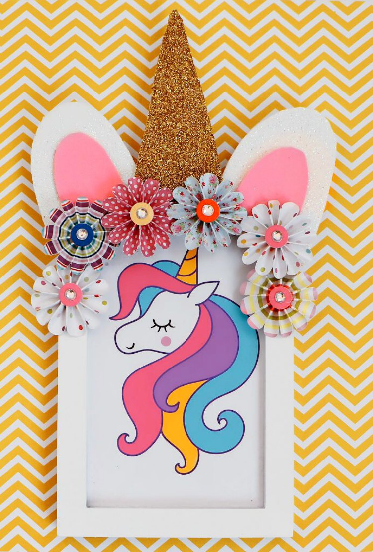 Unicorn frame DIY is an easy unicorn paper craft idea. If you are looking for easy unicorn crafts to make this is the one! See how DearCreatives.com #unicorncrafts #unicornframeDIY