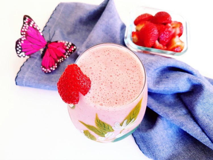Strawberry Smoothie Recipe DearCreatives.com #smoothie #strawberry #strawberries #blenderrecipe #vitamixrecipe