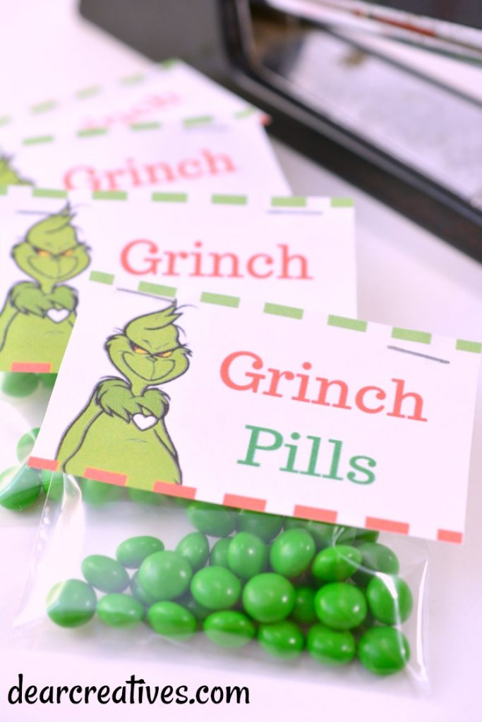 Grinch Treat Toppers on a candy bag DearCreatives.com #freeprintable #grinch #toppers #treatbag #diy