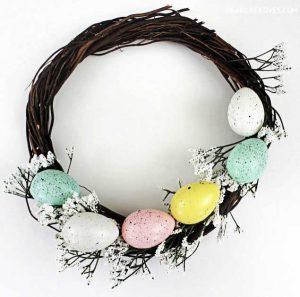 Easter Wreath that is easy to make. See how to video at DearCreatives.com #easterwreath #eastereggwreath #springwreath #wreathideas