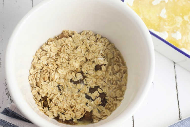 Combining oats, butter and brown sugar for the peach dump cake. Grab full peach cake recipe at DearCreatives.com