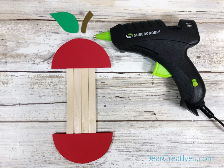 Full instructions for this apple craft stick craft at DearCreatives.com
