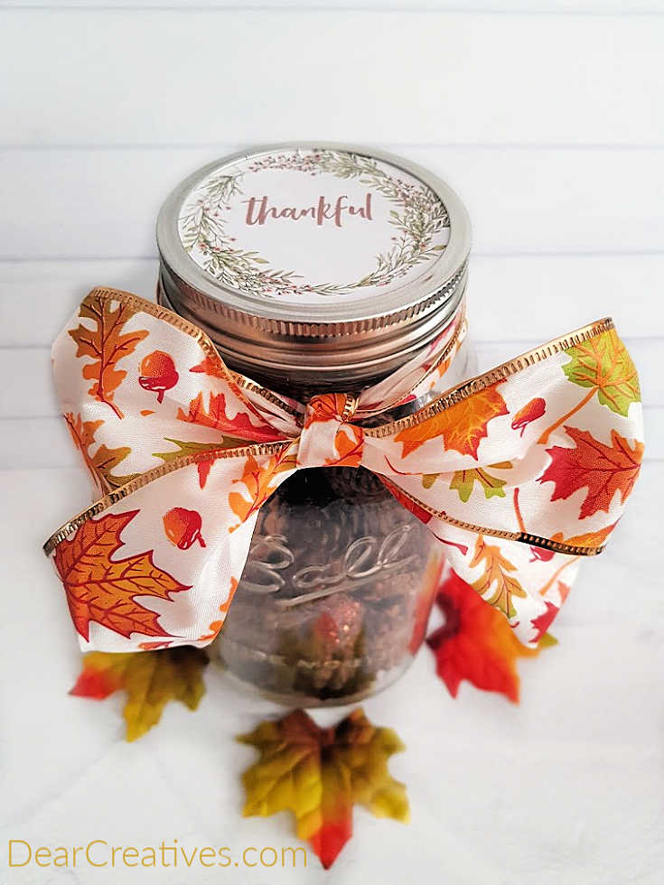 Finished mason jar craft for Thanksgiving. Tutorial and free printables for this easy fall craft at DearCreatives.com