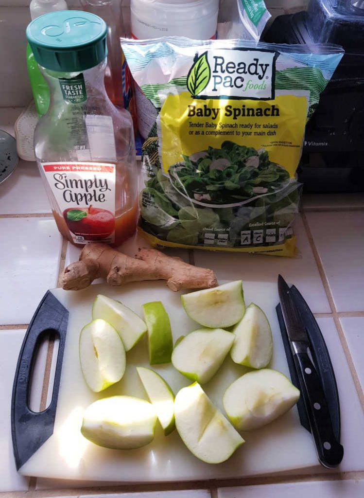smoothie ingredients - spinach, ginger, apples, apple juice... Green smoothie - smoothie recipe with apples at DearCreatives.com