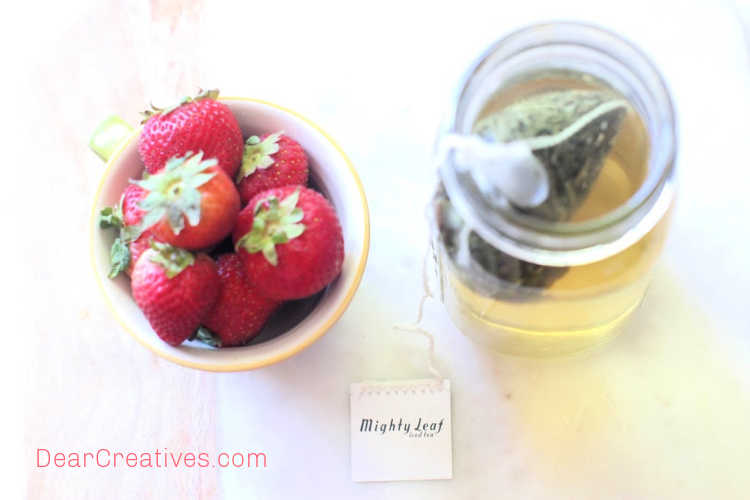 steeping green tea for making iced tea with strawberries - grab this easy drink recipe at © DearCreatives.com